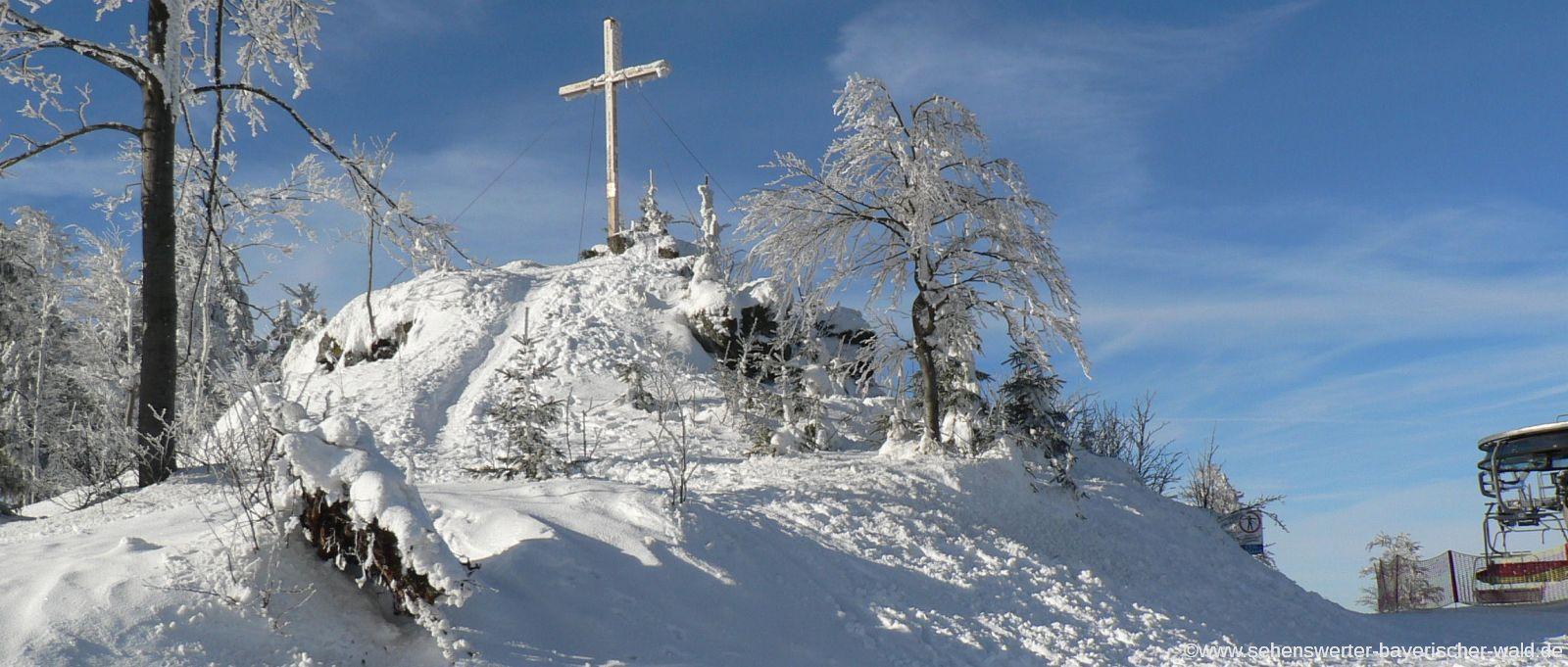 Winterurlaub im Dreiländereck Gipfelkreuz am Zwieselberg im Skigebiet Hochficht